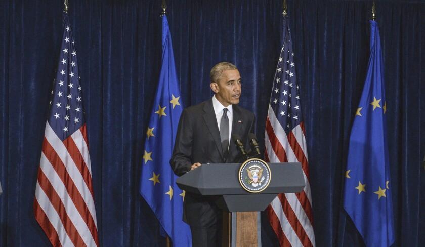 """POL016 VARSOVIA (POLONIA) 08/07/2016.- El presidente de Estados Unidos, Barack Obama (c), interviene durante una rueda de prensa conjunta con el presidente del Consejo Europeo, Donald Tusk (i), y con el presidente de la ComisiÛn Europea, Jean-Claude Juncker (d), tras una reuniÛn celebrada en el marco de la cumbre de la OTAN, en Varsovia, Polonia, hoy, 8 de julio de 2016, en Varsovia, Polonia. Obama destacÛ hoy la necesidad de que la UniÛn Europea (UE) y el Reino Unido cooperen para garantizar una transiciÛn """"adecuada y fluida"""" tras la decisiÛn brit·nica de salir del bloque europeo. Durante dos dÌas, los jefes de Estado y de Gobierno de los 28 paÌses que conforman la Alianza se reunir·n en Varsovia con el objetivo principal de reforzar la lucha contra el D‡esh. EFE/Jakub Kaminski PROHIBIDO SU USO EN POLONIA ** Usable by HOY and SD Only **"""