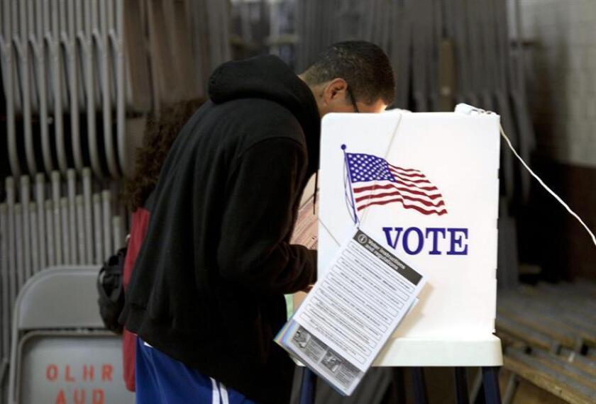 Fotografía de archivo de un joven hispano depositando su voto en un centro de votación en Sun Valley, California. EFE/Archivo