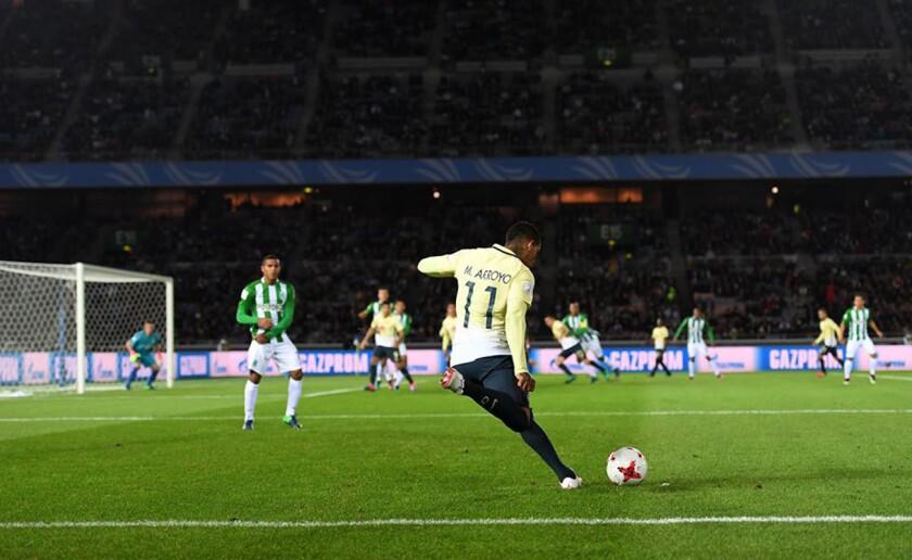 Michael Arroyo, del América, en el cobro de un tiro libre ante Atlético Nacional de Colombia.