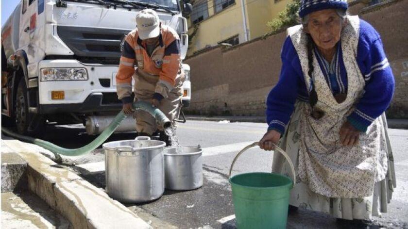 Gran parte de esta ciudad lleva más de un mes (sobre)viviendo bajo un dramático racionamiento de agua potable y el caso de Marco y su madre se repite en decenas de miles de familias.