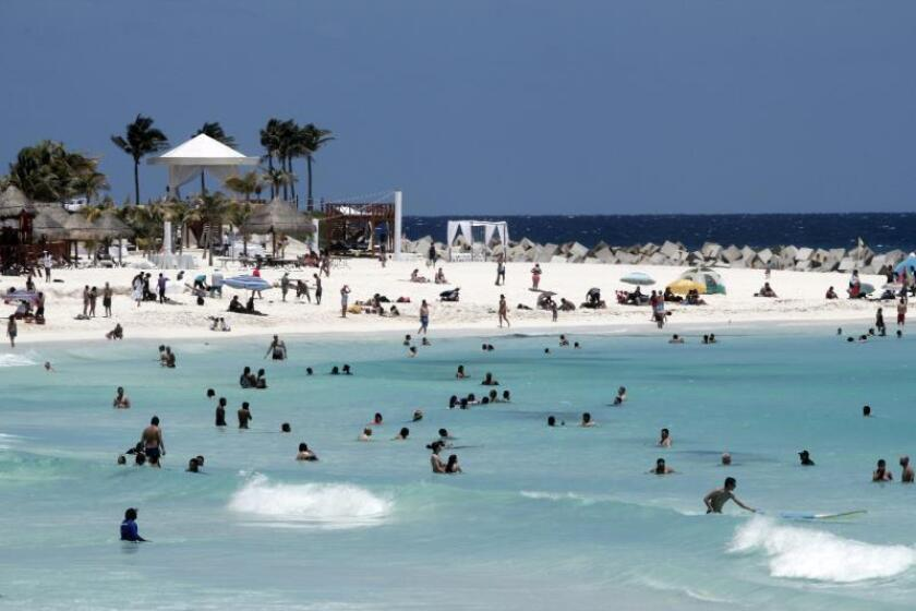 Decenas de turistas mientras disfrutan de la playa, en Cancún, en el estado de Quintana Roo (México). EFE/Archivo
