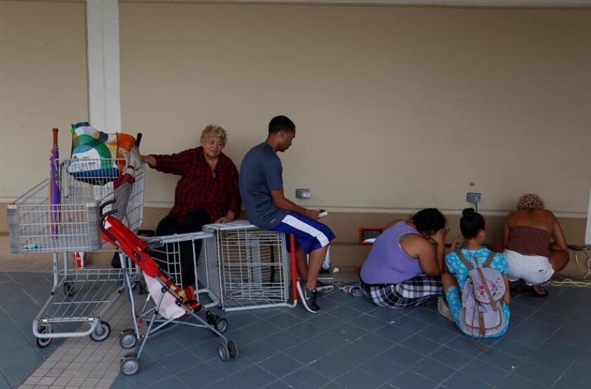 El presidente de la Cámara baja de Puerto Rico, Carlos Méndez, junto a varios miembros del mismo cuerpo, radicaron una resolución para ordenar a varios agencias del Gobierno local a preparar un censo especial de personas vulnerables en la isla. EFE/Archivo