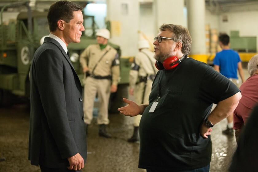 """Guillermo del Toro (der.) al lado del actor Michael Shannon durante el rodaje de """"The Shape of Water"""", que tiene 13 nominaciones al Oscar."""