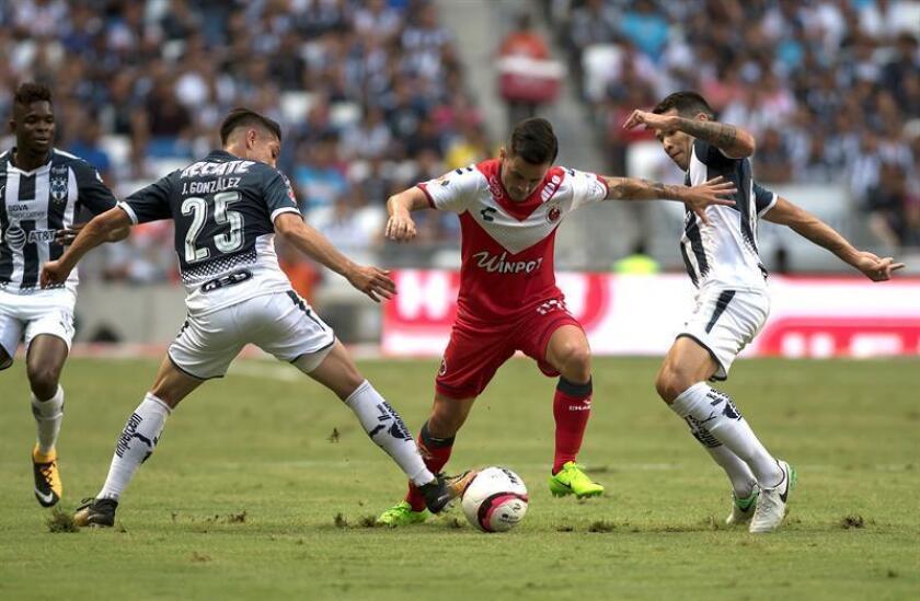 Jonathan Gonzalez (i) y Celso Ortiz (d) de Rayados de Monterrey disputan el balón con Adrian Luna (c) de Tiburones Rojos de Veracruz, el sábado 29 de julio de 2017, durante el partido correspondiente a la jornada 2 del Torneo Apertura 2017, celebrado en el estadio BBVA de la ciudad de Monterrey (México). EFE/Archivo