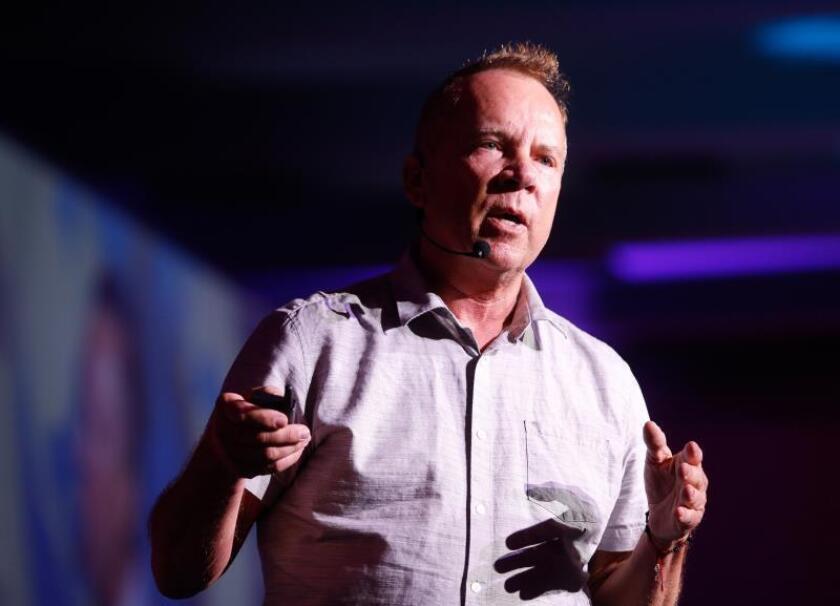 """El cofundador de Netflix, Mitch Lowel, participa este miércoles durante una charla en el marco del foro Go 3 celebrado en la ciudad de León en el estado de Guanajuato (México). Lowe reveló que el éxito de la empresa líder en video bajo demanda a través de """"streaming"""" se debió a un comentario que escucharon, por casualidad, cuando un joven salía de un grupo de enfoque. EFE/Luis Ramírez"""