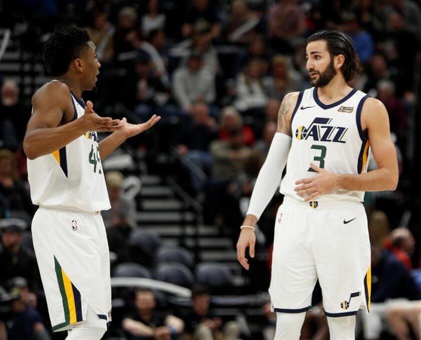 El jugador Ricky Rubio (d) discute con Donovan Mitchell (i) de Utah Jazz durante un juego entre New York Knicks y Utah Jazz de la NBA, que se disputa en el Energy Solutions Arena en Salt Lake City, Utah, (Estados Unidos). EFE