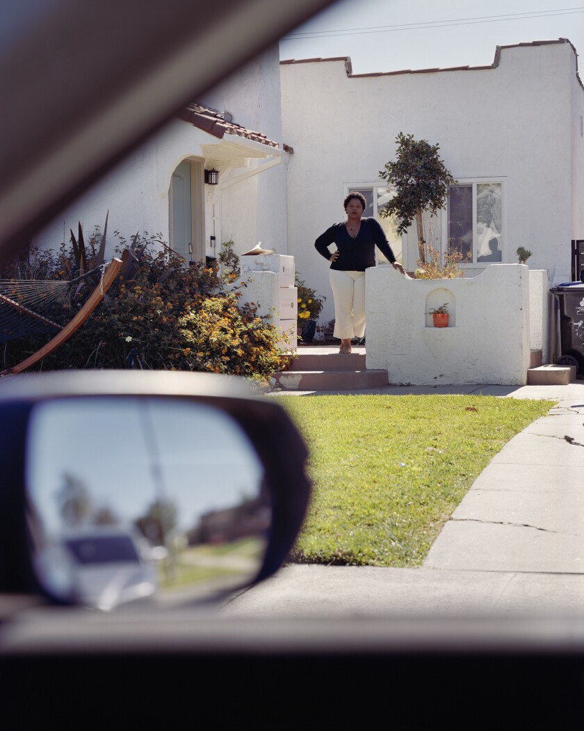 Patrisse Cullors se para frente a una cabaña de renacimiento español en Los Ángeles.