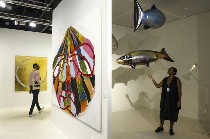 Fotografía del 6 de diciembre de 2017, de varias obras expuestas en el Art Basel Miami Beach (ABMB), en Miami Beach, Florida (EE.UU.). Art Basel Miami Beach (ABMB) abrió hoy sus puertas al público entregada a una concepción que anuda arte y espectáculo, con toda la polémica que esto desencadena, pero con el récord de 268 galerías procedentes de 32 países y la obra expuesta de más de 4.000 artistas modernos y contemporáneos. EFE