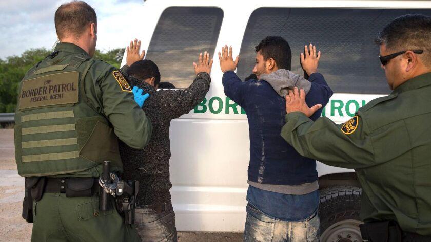Dos migrantes sin documentos son detenidos por agentes de la Patrulla Fronteriza en Río Grande Valley.