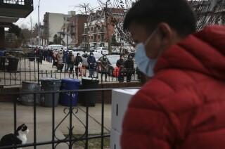 Fotografía de archivo del 15 de enero de 2021 de personas formando una fila de dos manzanas de largo para recibir una despensa gratuita de alimentos de la United Sherpa Association, en el distrito neoyorquino de Queens. (AP Foto/Jessie Wardarski, Archivo)