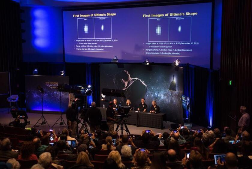 New Horizons co-investigator John Spencer (R) of the Southwest Research Institute (SwRI), Boulder, CO, uses a pen to demonstrate how Ultima Thule might be rotating during a press conference prior to the flyby of the Kuiper Belt object by the New Horizons spacecraft, at Johns Hopkins University Applied Physics Laboratory (APL) in Laurel, Maryland, USA, 31 December 2018. EFE/JOEL KOWSKY/NASA
