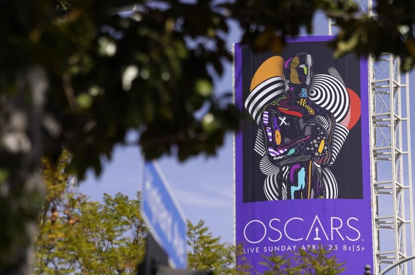 Un cartel promociona la ceremonia de los Oscar de 2021 cerca del Teatro Dolby en Los Ángeles