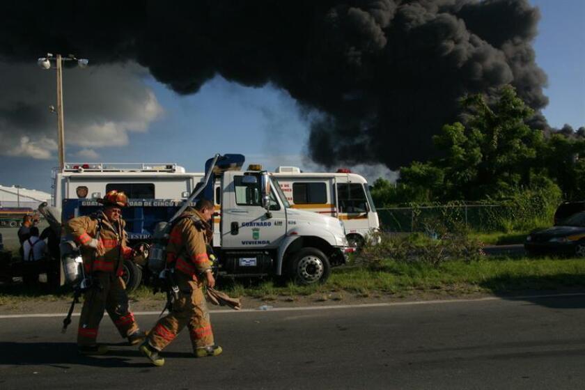 """Los bomberos de Puerto Rico informaron que el incendio de """"grandes proporciones"""" que desde las 13.45 hora local se registraba en una planta de reciclaje en Carolina, en el noreste de la isla, y en el que trabajaron bomberos de varias localidades, ya ha sido """"contenido"""". EFE/ARCHIVO"""