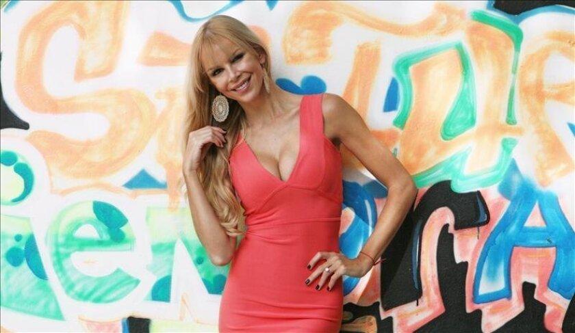 """La modelo española Águeda López, pareja del cantautor puertorriqueño Luis Fonsi, posa durante una entrevista con Efe hoy, martes 19 de noviembre 2013, en Miami, Florida. López afirma estar emocionada por su nueva etapa profesional como conductora de televisión para el programa de entretenimiento """"Show Business Extra"""" en el canal V-me. EFE"""