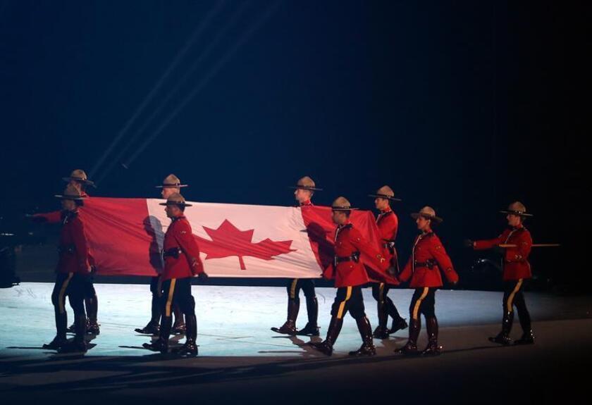 Miembros de la Policía Montada de Canadá trasladan e izan la bandera canadiense el viernes 10 de julio de 2015 en la ceremonia de inauguración de los Juegos Panamericanos, celebrada en el Rogers Center, en Toronto Canadá. EFE/Archivo