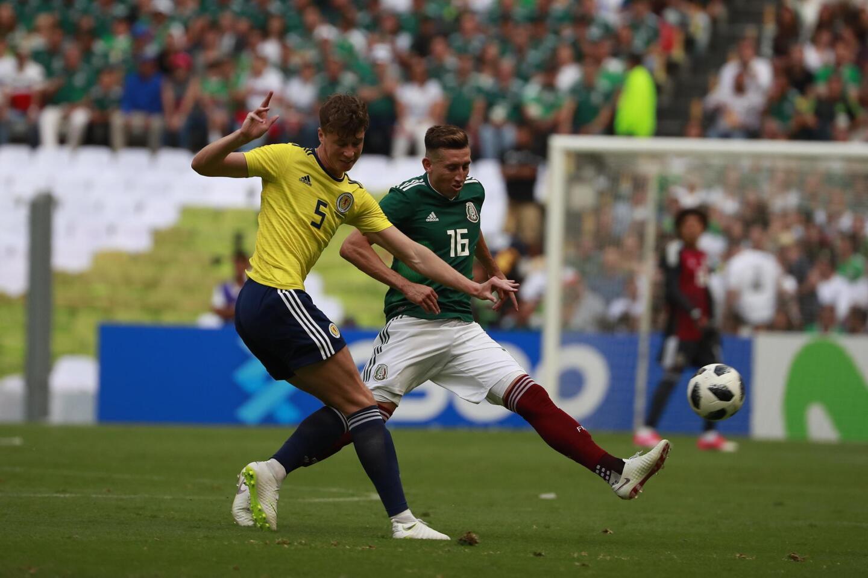 MEX52. CIUDAD DE MÉXICO (MÉXICO), 02/06/2018.- El jugador Hector Herrera (d) de México disputa el balón con Jack Hendry (i) de Escocia hoy, sábado 2 de junio de 2018, durante el juego amistoso entre México y Escocia rumbo al Mundial de Rusia 2018, celebrado en el estadio Azteca en Ciudad de México (México). EFE/José Méndez ** Usable by HOY and SD Only **