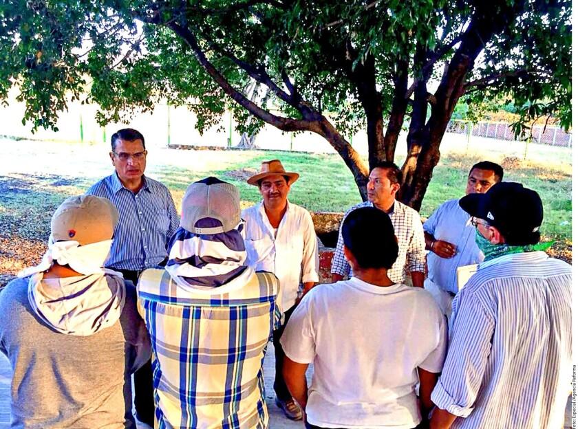 """Civiles armados mantenían retenidas anoche en la comandancia de la policía municipal de San Miguel Totolapan a 18 personas, entre ellas a la mamá· del jefe del grupo delictivo de """"Los Tequileros"""" como forma de presión para que los integrantes de esta banda deje en libertad al ingeniero topógrafo al que tienen secuestrado desde el domingo."""