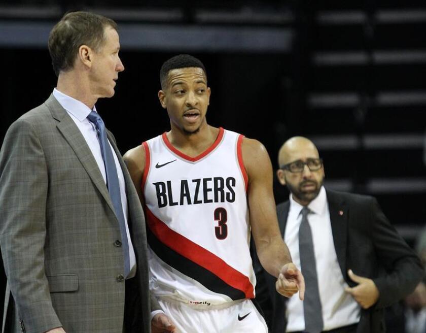 En la imagen, el entrenador de los Trail Blazers de Portland, Terry Stotts (i), habla con el jugador C.J. McCollum (d) durante un partido de la NBA. EFE/Archivo