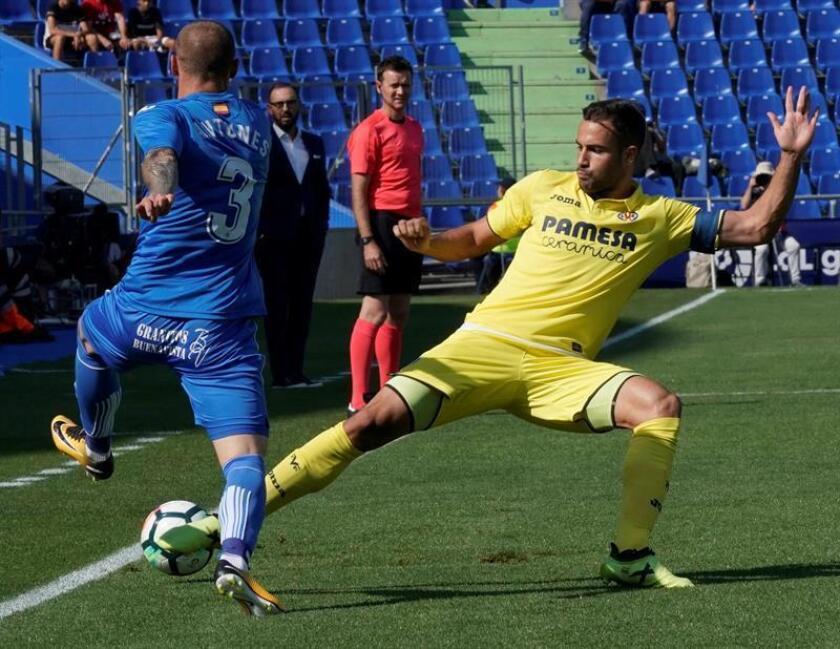 El defensa portugués del Getafe Vitorino Antunes (i) disputa un balón con el jugador del Villarreal Mario Gaspar (d). EFE/Archivo