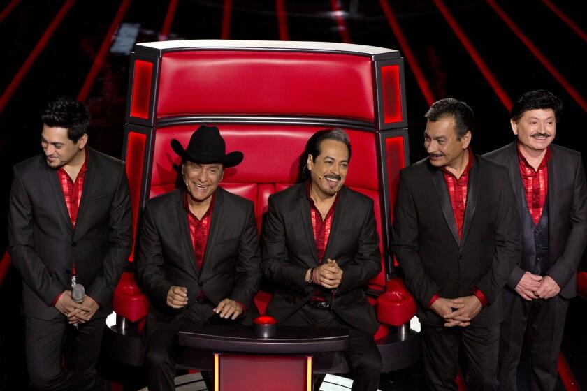 Los Tigres del Norte Luis Hernández, Jorge Hernández, Hernán Hernández, Eduardo Hernández y Oscar Lar