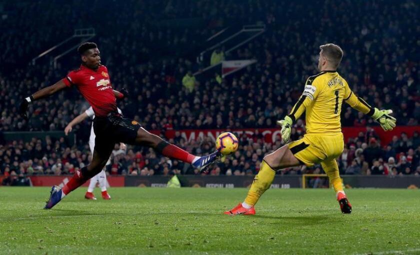 El jugador Paul Pogba (i) de Manchester United se topa con el portero rival en el Old Trafford Stadium en Manchester (Reino Unido). EFE/Archivo
