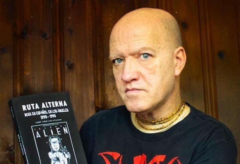 El escritor uruguayo Enrique Lopetegui con su nuevo libro.