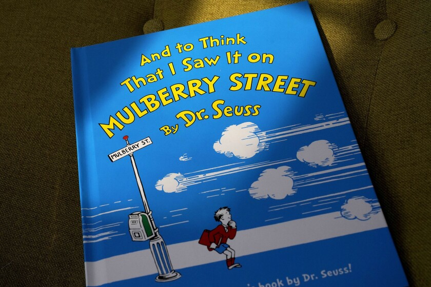 """Un ejemplar del libro """"And to Think That I Saw It on Mulberry Street"""" de Dr. Seuss"""