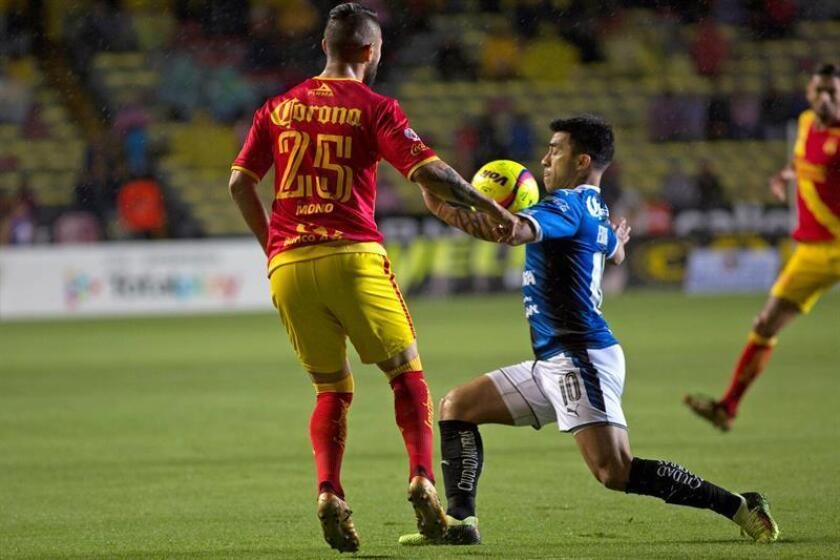 El jugador Mario Osuna (i) de Morelia disputa el balón con Edson Puch (d) de Querétaro. EFE/Archivo