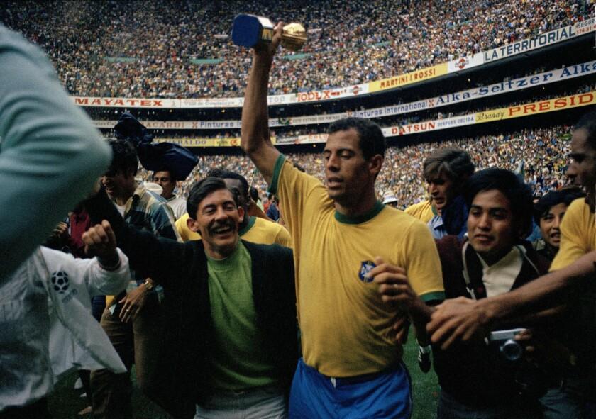 En esta foto de archivo del 21 de junio de 1970, el capitán de la selección de Brasil, levanta el trofeo de campeón de la Copa del Mundo en Ciudad de México. Carlos Alberto falleció a los 72 años, se informó el 25 de octubre de 2016. (AP Photo/Gianni Foggia, File) ** Usable by HOY, ELSENT and SD Only **