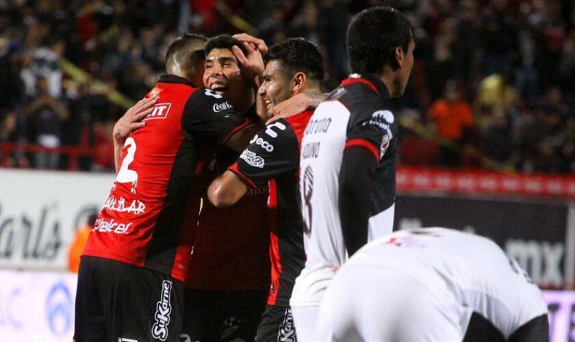 Los jugadores de Xolos celebran un gol hoy, viernes 2 de marzo de 2018, durante el juego correspondiente a la jornada 10 del torneo mexicano de fútbol, entre Xolos y Lobos BUAP, celebrado en el estadio Caliente en la ciudad de Tijuana (México). EFE
