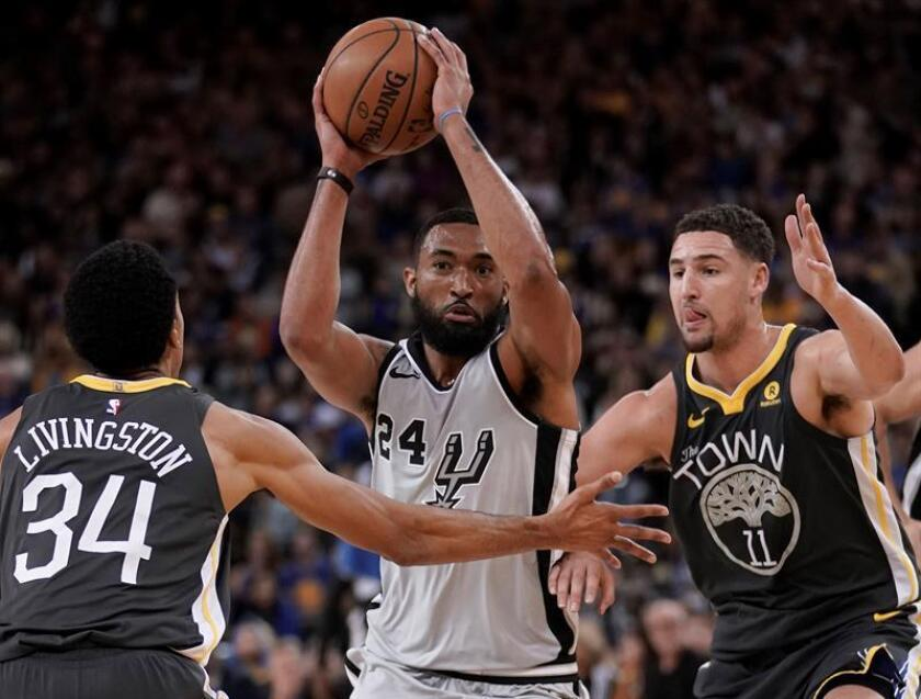 San Antonio Spurs guard Darrun Hilliard (C) in action against Golden State Warriors guard Shaun Livingston (L) and Golden State Warriors guard Klay Thompson (R) during the second half of their NBA game at Oracle Arena in Oakland, California, USA, 10 February 2018. EFE