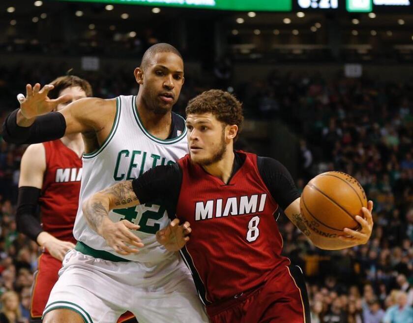 Tyler Johnson (d) de los Heat de Miami, durante un partido de la NBA. EFE/Archivo