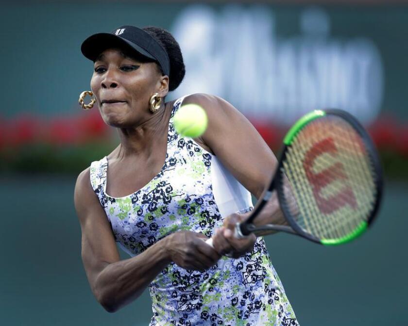 Venus Williams de Estados Unidos devuelve una bola a Carla Suárez Navarro de España hoy, jueves 15 de marzo de 2018, durante un partido del Torneo de Tenis de Indian Wells, California (EE.UU.). EFE