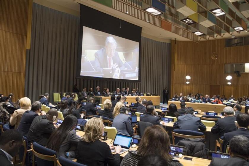 Fotografía cedida que muestra al secretario general de la ONU, António Guterres (c), mientras presenta ante la Asamblea General de la ONU un informe sobre sus prioridades para este año hoy, martes 16 de enero de 2018, en la sede del organismo en Nueva York (EE.UU.). EFE/Eskinder Debebe/ONU/SOLO USO EDITORIAL/NO VENTAS