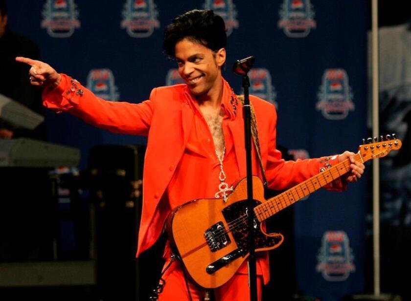 Una colección de objetos empleados por Prince, entre los que se incluyen unas botas y un piano que fueron utilizados por el artista, se ofrecerán al mejor postor, informó hoy la casa de subastas RR Auction. EFE/Archivo