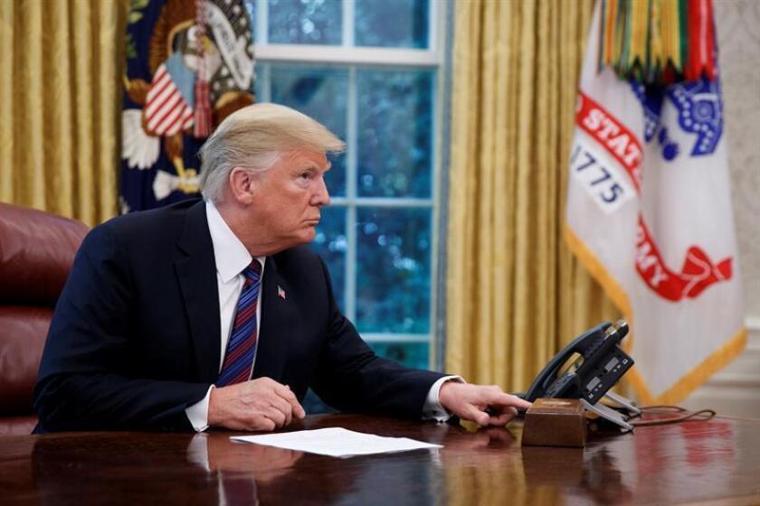 El presidente, Donald Trump, desmintió hoy que China y Rusia tengan intervenido su teléfono personal, una información que divulgó este miércoles The New York Times, que explicó que el mandatario sigue utilizando ese aparato pese a las advertencias de los servicios de inteligencia. EFE/Archivo