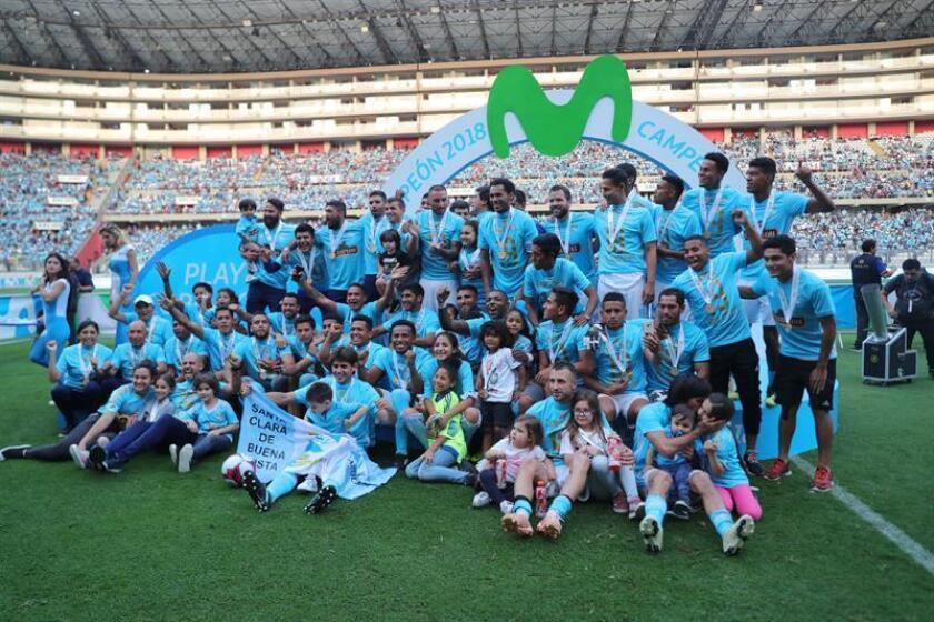 El Sporting Cristal celebra la victoria tras la final de la liga peruana de fútbol ante el Alianza Lima. EFE/Archivo