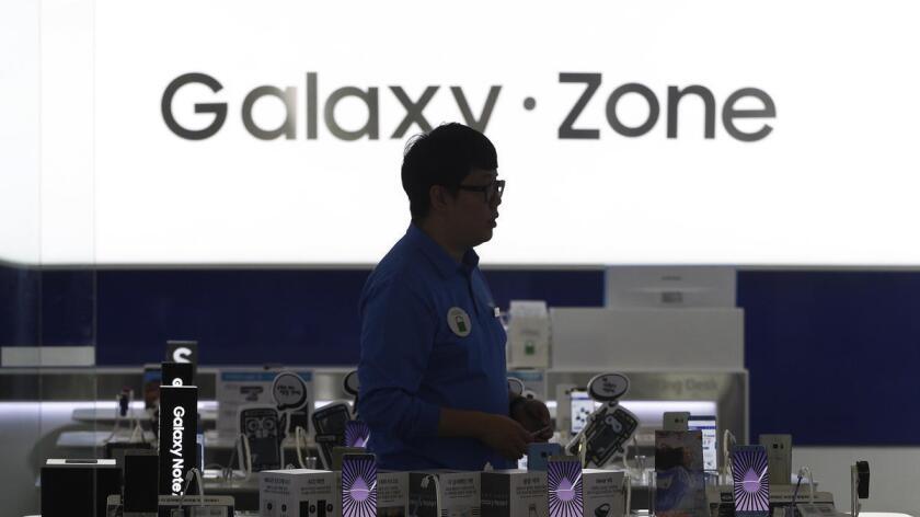 Un hombre recorre el sector de los Galaxy Note 7 en una tienda en Seúl. Samsung Electronics ha suspendido la producción de los teléfonos inteligentes luego de versiones de mal funcionamiento y explosiones.
