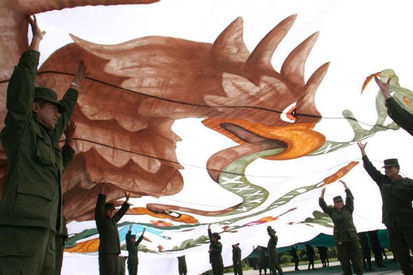 Efectivos del ejercito mexicano confeccionan banderas monumentales. EFE/Archivo