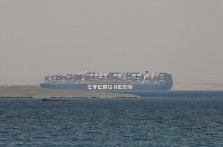Foto tomada el 30 de marzo del 2021 del buque Ever Given cerca de Egipto. (Foto AP/Mohamed Elshahed, File)