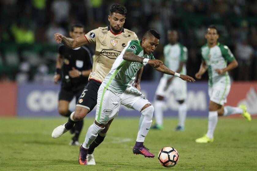 El jugador colombiano Arley Rodriguez (d) disputa el balón con Gabriel Marques (i), de Barcelona de Ecuador. EFE/Archivo