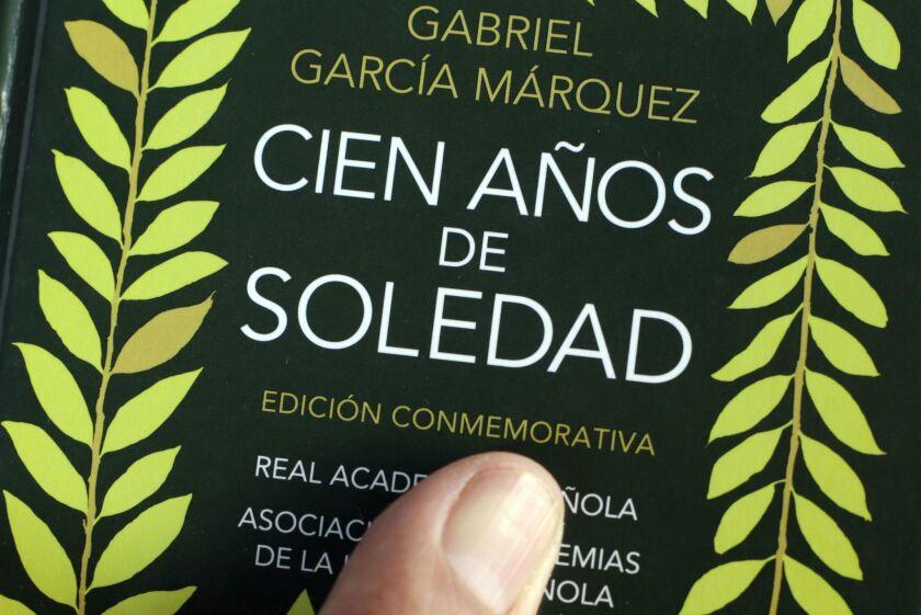 Fotografía del 26 de enero de 2017 de la novela Cien Años de Soledad del fallecido escritor colombiano y premio Nobel, Gabriel García Márquez, durante la XII versión del Hay Festival de Cartagena de Indias en Cartagena (Colombia).