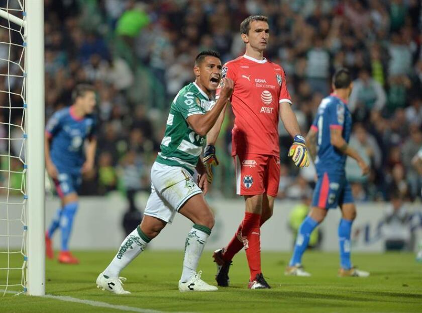 Osvaldo Martinez (i) de Santos Laguna de Torreón reclama una jugada ante Rayados de Monterrey el 1 de diciembre de 2018, durante el partido de vuelta correspondiente a los cuartos de final del Torneo Apertura 2018 celebrado en el estadio Corona de la ciudad de Torreón (México). EFE/Archivo
