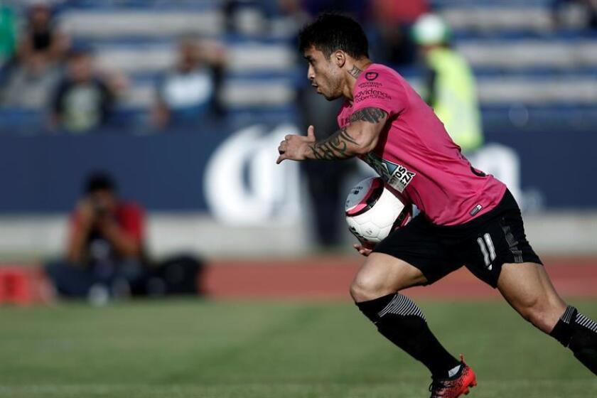 La Comisión Disciplinaria de la Liga MX del fútbol mexicano suspendió hoy con un partido de castigo al chileno Edson Puch (imagen) (Querétaro) y al colombiano Fernando Uribe (Toluca) tras la segunda jornada del Clausura 2018. EFE/ARCHIVO