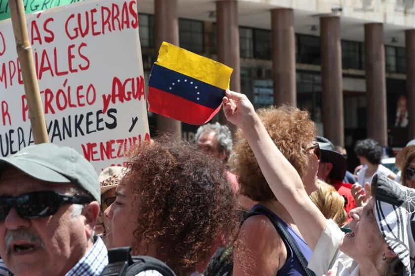La crisis se acentuó en Venezuela después de que el 23 de enero el líder del Parlamento, Juan Guaidó, se declaró mandatario interino al invocar unos artículos de la Constitución venezolana y logró el respaldo de buena parte de los países del continente americano y una veintena de naciones europeas. EFE/Archivo
