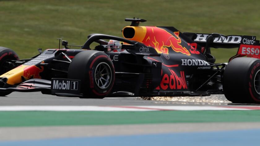 El holandés Max Verstappen, con Red Bull, deja una estela de chispas durante la tercera sesión de práctica