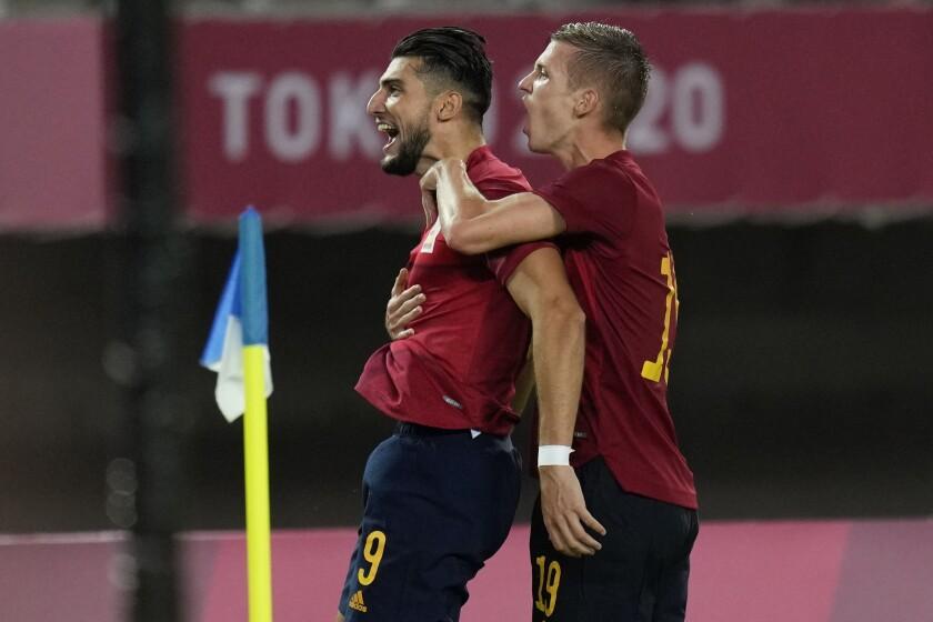 El español Rafa Mir (9) celebra al anotar el segundo gol de su equipo contra Costa de Marfil