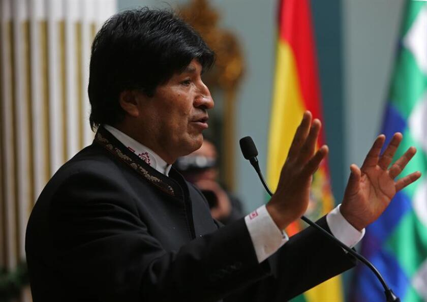 La economía de Bolivia, cuyo crecimiento ha promediado cerca de un 5 % en la última década, caerá de nuevo este año y se espera que se sitúe en un 3,7 %, debido a las dificultades que plantea la caída de los precios de las materias primas al país, informó hoy el Fondo Monetario Internacional (FMI). En la imagen, el presidente de Bolivia, Evo Morales. EFE/ARCHIVO