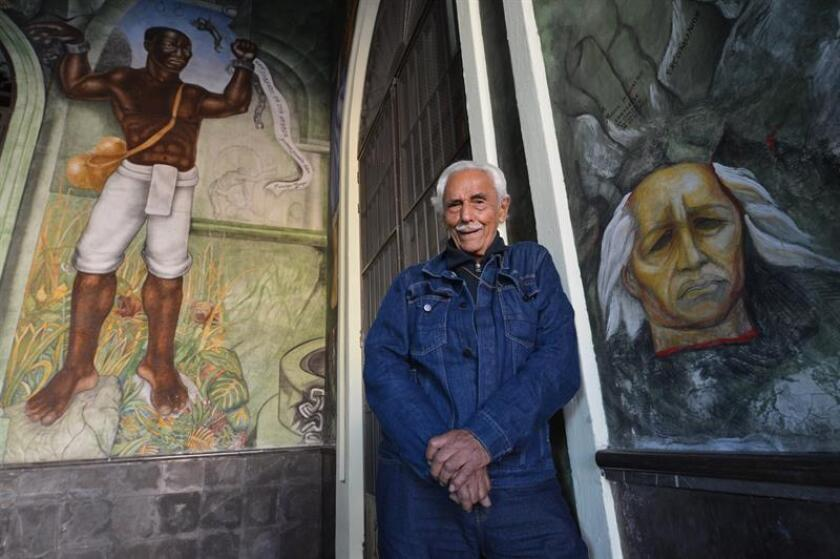 Fotografía fechada el 01 de febrero de 2018 que muestra al muralista mexicano Melchor Peredo García mientras posa durante una entrevista con Efe en la ciudad de Xalapa, estado de Veracruz (México). EFE