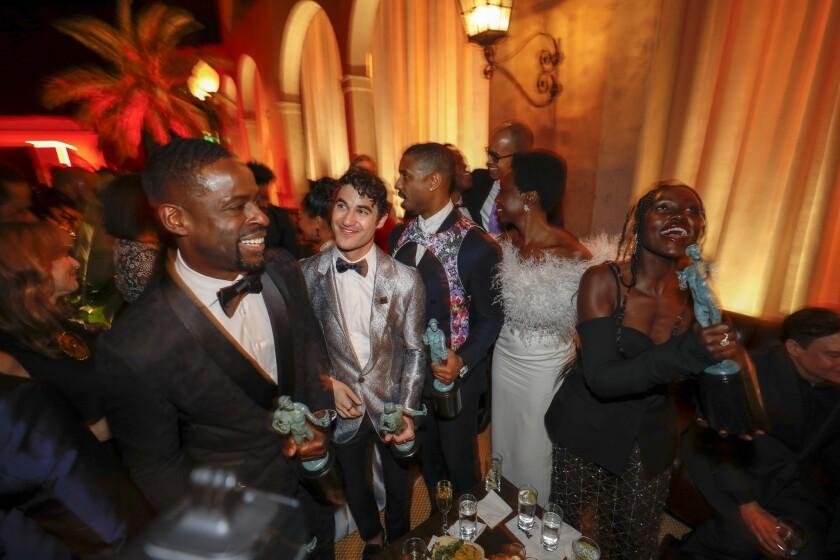 Stirling K. Brown, Darren Criss, Michael B. Jordan, Danai Gurira y Lupita Nyong'o en la fiesta que se realiza en estos momentos tras el evento del SAG.